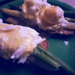 """Ouă benedict cu sparanghel şi sos olandez gătite """"printre stele"""""""