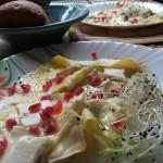 Omletă cu trei feluri de brânză, înveselită cu rodie