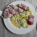 1 Martie în zbor… Omletă cu usturoi verde și brânză camembert (plus mini sandvișuri cu cremă de brânză și ridichi)
