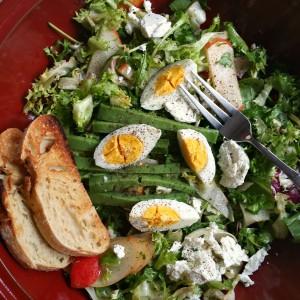 Light & Fast. Salată de verdeţuri cu brânză de capră şi... pere