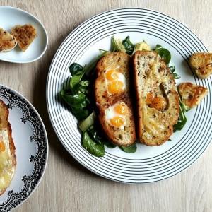 Mic dejun de week-end. Ouă de prepeliță îndrăgostite cu salată alb-verde