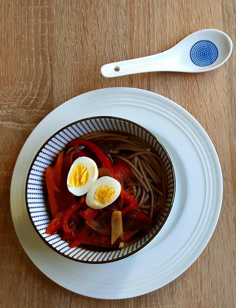 Supă picantă cu tăiței, de inspirație asiatică