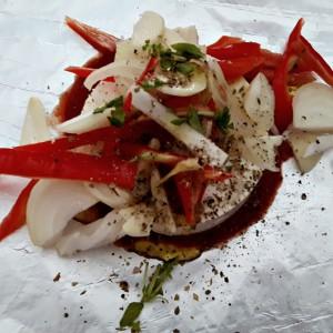 Păstrează-ți mințile în bucătărie vara asta: Brânză la cuptor cu legume