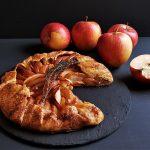 Tarta Evei pentru Adam: Galette cu mere infuzate în rom și zeamă de limetă